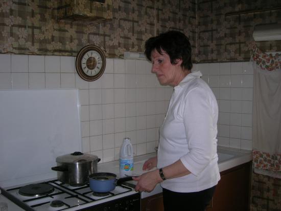 Josiane préparant la cuisine pour le weekend.